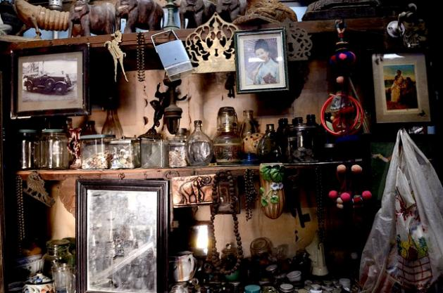 Antique market - packed with stuff from all over the world, that once lived in a 'Chettiyar' home : https://in.lifestyle.yahoo.com/photos/in-the-antique-market-of-karaikudi-slideshow/travel-destinations-karaikudi-antique-market-photo-1390292565897.html