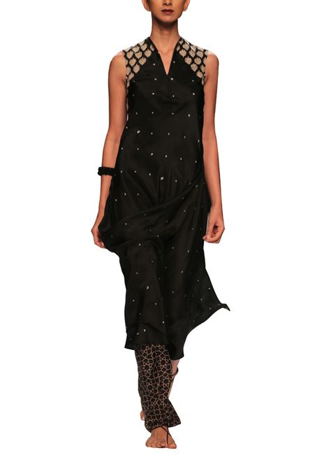 Black and stylish in 'Bandhej' via